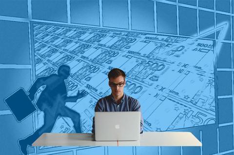 Un entrepreneur est assis derrière son ordinateur. En arrière-plan, des billets défilent comme un appel au succès