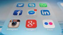 Un écran de smartphone avec des icônes de réseaux sociaux.