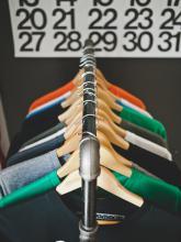 Des vêtements pendu à des cintres.