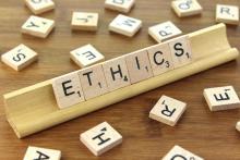 """""""Ethics"""" (Déontologie en Anglais) sur un plateau de Scrabble"""