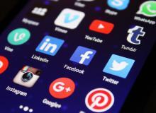 Des icônes de réseaux sociaux sur un écran de smartphone.